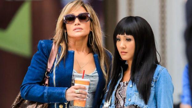 """Jennifer López y Constance Wu en el set de """"Hustlers""""."""