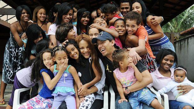 Algunos de los hijos adoptados por la pareja. En el centro, Flordelis.