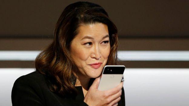 Dona li parla a un Pixel
