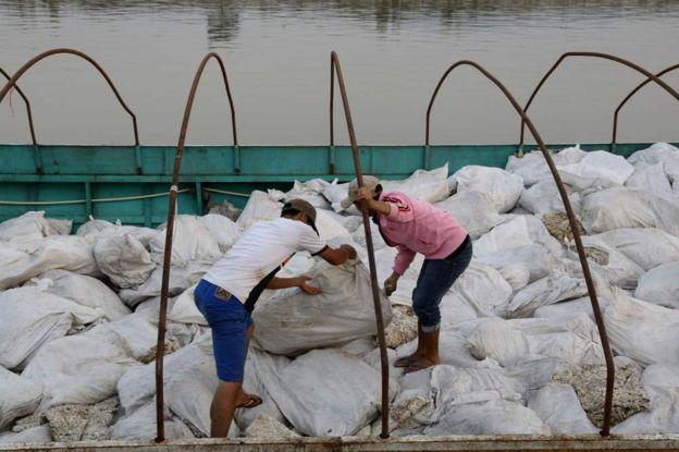 在清盛港,老撾的船隻把橡膠從泰國運到中國。
