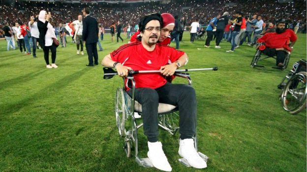 معاقون أصروا على الحضور إلى ملعب ستاد برج العرب بالاسكندرية الذي أقيمت على أرضه المباراة التي حضرها حوالي 65 ألف متفرج.