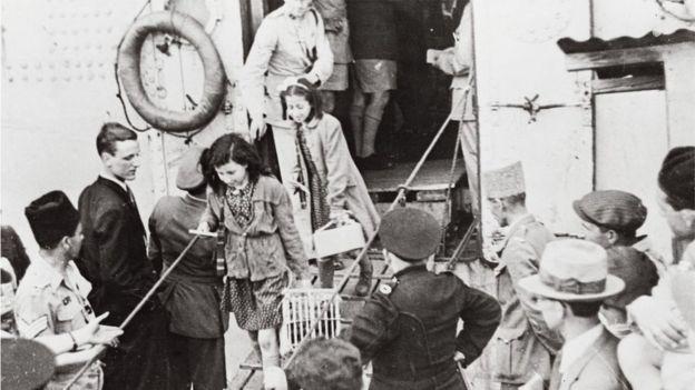 200 طفل ناج من معسكرات الإبادة في أوروبا يصلون حيفا في باخرة فرنسية في مايو عام 1946