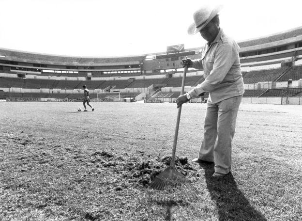 Un hombre trabajando en un estadio