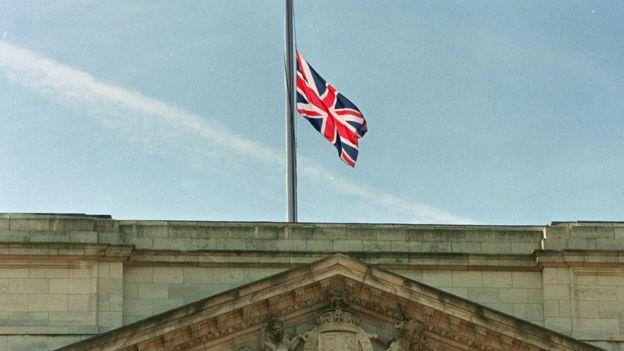 La bandera británica ondea a media asta en el palacio de Buckingham durante el funeral de Diana de Gales en 1997.