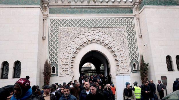 Paris'dek Büyük Cami'de cuma namazı çıkışı