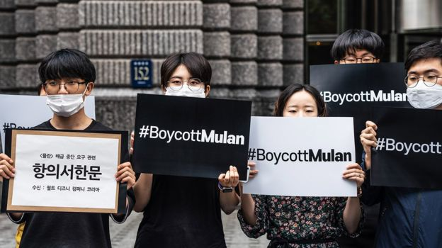 """今年7月,韩国的学生和公民团体手举""""抵制花木兰""""标语,声援香港示威者。"""