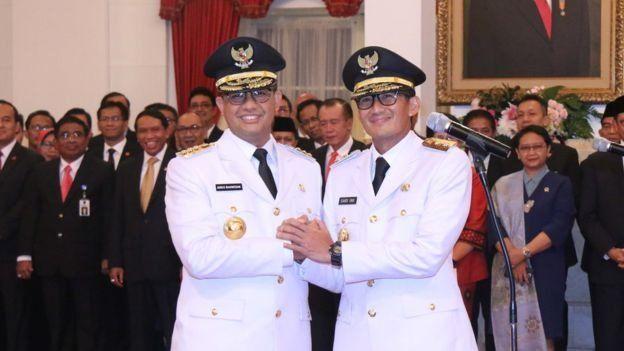 Anies Baswedan dan Sandiaga Uno pasca dilantik sebagai gubernur dan wakil gubernur DKI Jakarta di Istana Merdeka, Jakarta.
