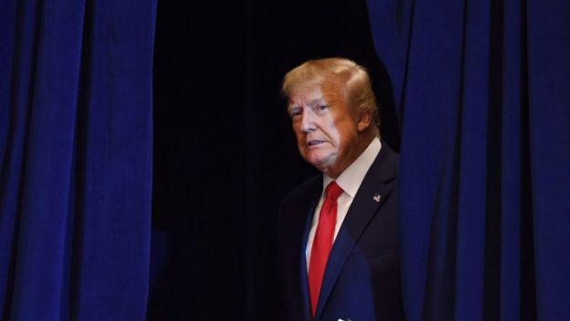Trump es fotografiado detrás de las cortinas en una asamblea de la ONU.