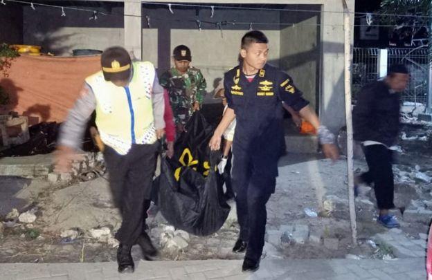 Petugas memindahkan tiga jenazah korban kapal terbakar KM Santika Nusantara ke Surabaya, di Pulau Masalembo, Jawa Timur, Sabtu (24/8/2019) dini hari. Hingga saat ini tiga orang ditemukan meninggal dalam kejadian terbakarnya KM Santika Nusantara di Perairan Laut Utara Pulau Masalembou.