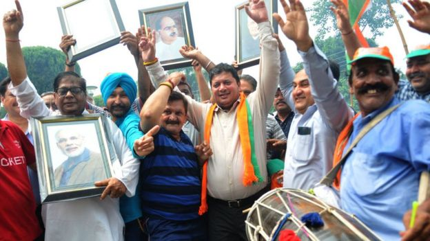 Члены партии Бхаратия джаната парти празднуют решение об отмене особого статуса Кашмира