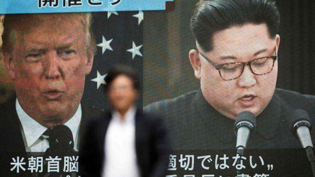 TV sul-coreana mostra imagens de Trump e Kim