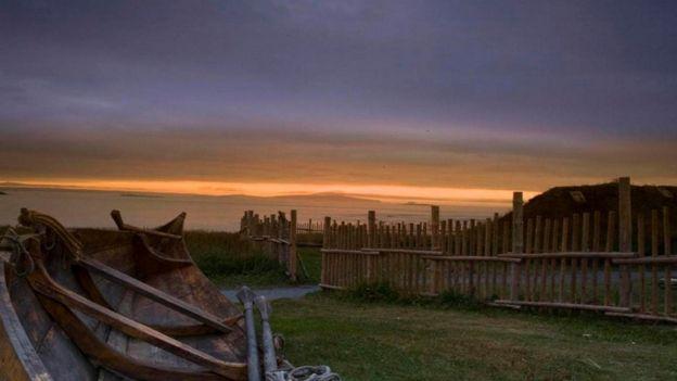 Modelo de barco viking próximo a assentamento