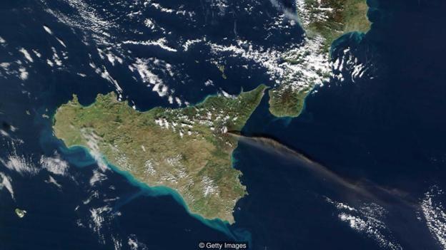 فوران آتشفشان اتنا که از فضا قابل مشاهده است؛ در شمال این منطقه در نزدیکی ناپل ابرآتشفشان کمپی فلگری قرار دارد