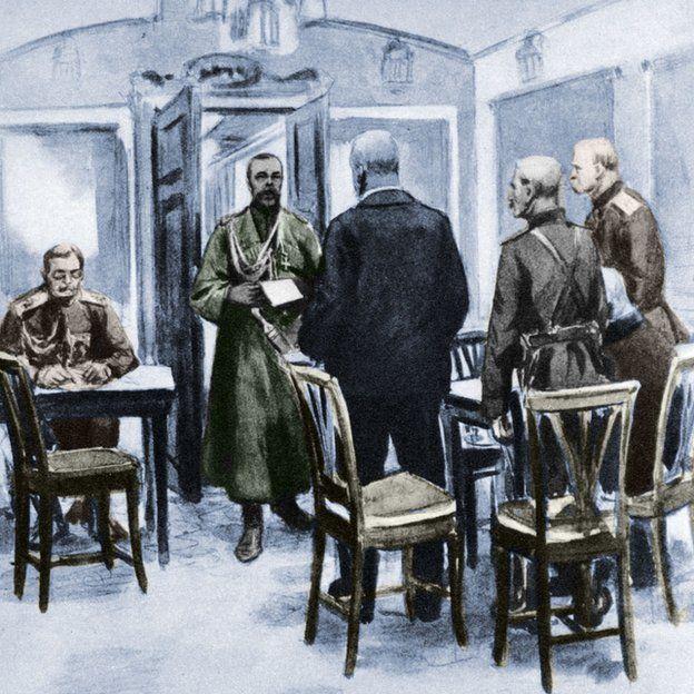 El tzar Nicolás II Romanov (1868-1918), el último emperador de Rusia, leyéndole el acta de abdicación a los mensajeron de la Duma.