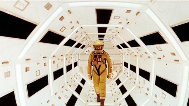 """طور كلارك بالتعاون مع المخرج ستانلي كيوبيرك قصة كلارك القصيرة """"الحارس"""" إلى فيلم """"2001: أوديسا الفضاء"""""""