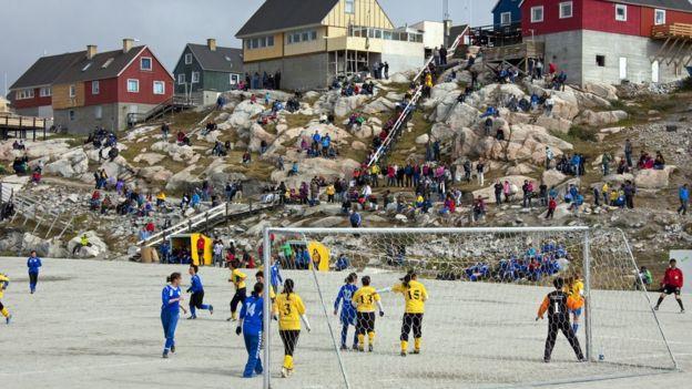 Mujeres jugando al fútbol
