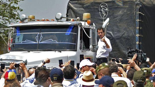 Juan Guidó em um dos caminhões com mantimentos