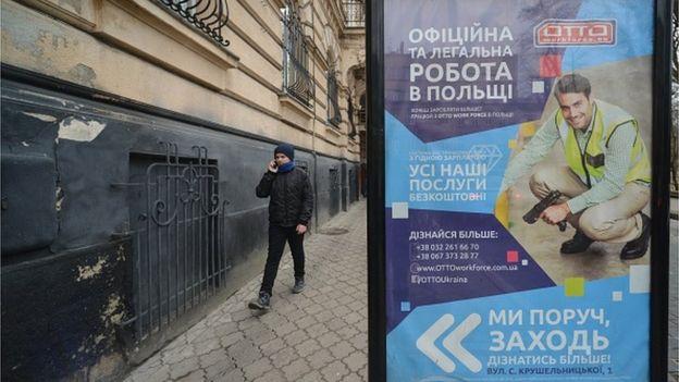Зарплати українців зростають, але не так швидко, щоб стримати трудову міграцію
