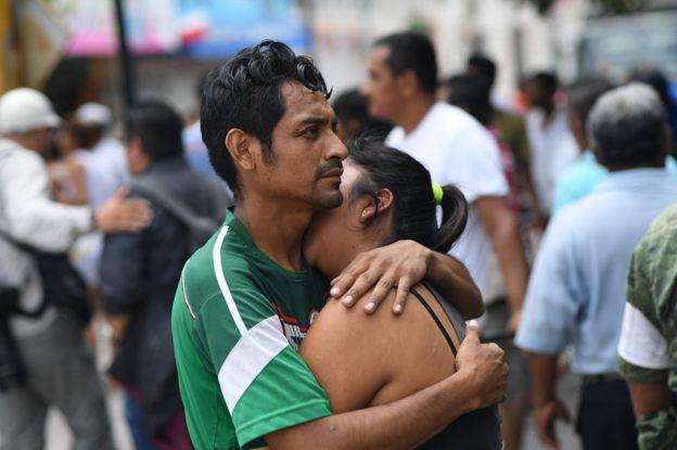 Una pareja se abraza en Juchitán, Oaxaca, Mexico, tras el terremoto.