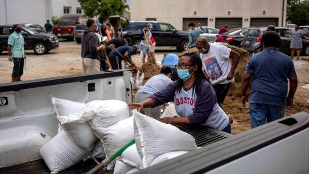 У церкви Св. Рэймонда местные жители запасаются мешками с песком