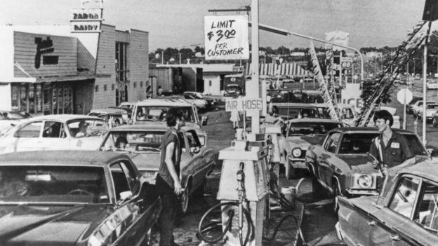 Cola para cargar gasolina en Estados Unidos en 1974.