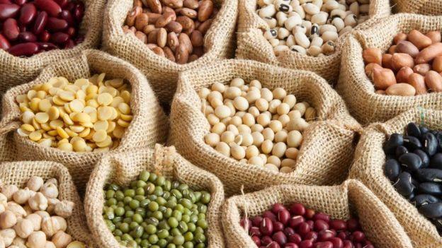 Sacos com grãos de diferentes cores