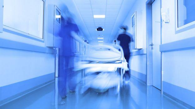 Médicos corriendo.