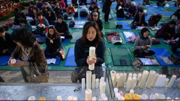Padres rezando en un templo de Seúl