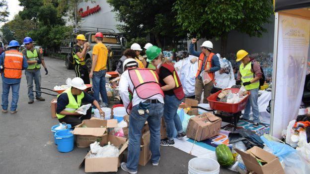 Un equipo coordina las donaciones en una zona afectada por el terremoto en Ciudad de México.