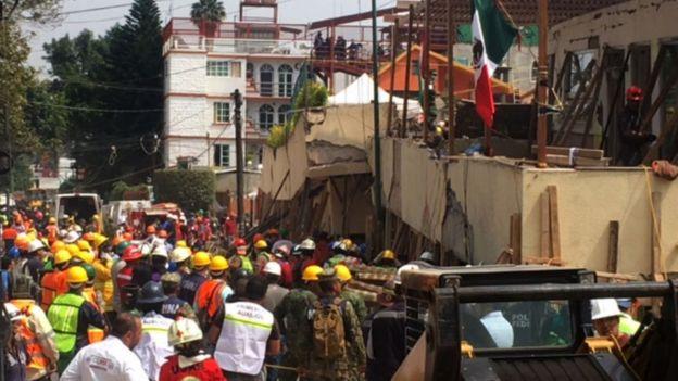 Rescatistas concentrados frente a la escuela Rébsamen, al sur de la Ciudad de México.