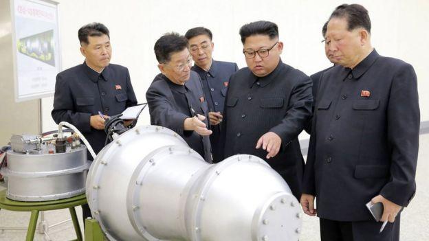 Ким Чен Ын осматривает устройство, которое государственные СМИ КНДР называют водородной бомбой