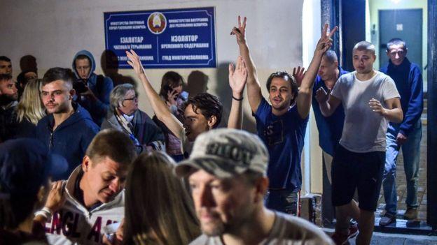 Задержанные выходят из изолятора, утро 14 августа