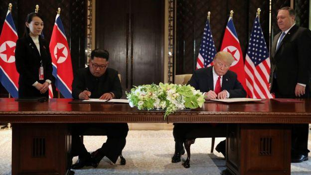 两人在双方官员见证下签署联合声明。