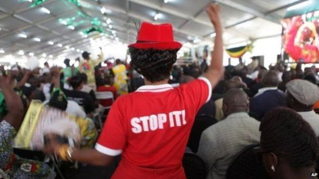 Wafuasi wa Mugabe wameandika maneno katika nguo zao kuwazuia wanaompinga mwenyekiti wa chama ambaye ni Rais