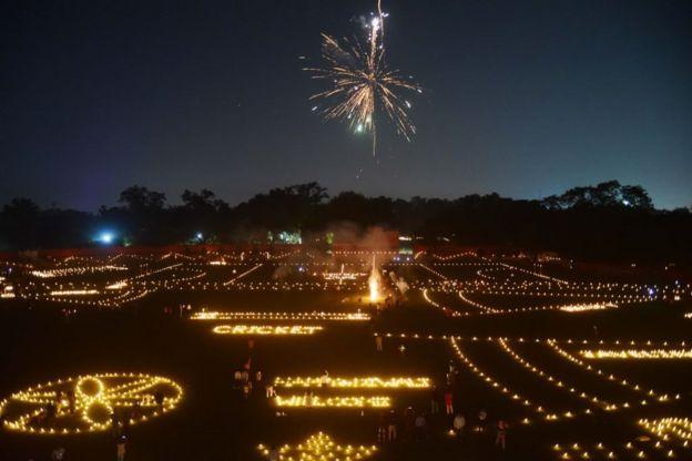 يشاهد الرياضيون الهنود الألعاب النارية في ملعب مادان موهان مالفيا عشية مهرجان ديوالي الهندوسي في مدينة ألاباد في 6 نوفمبر/ تشرين الثاني.