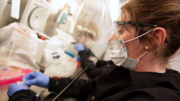 العلماء يجرون تجارب محدودة على فعالية هيدروكسي كلوروكوين في علاج كوفيد-19 وفي حالات الطوارئ