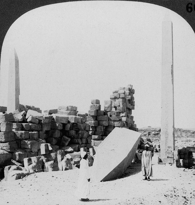 Foto en el que se ven dos des los cuatro obeliscos erigidos por Hatshepsu