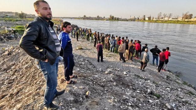 تصاویر منتشرشده در شبکههای اجتماعی افرادی را نشان میداد که در میانه جریان تند رودخانه، سعی میکنند خود را روی آب نگه دارند.
