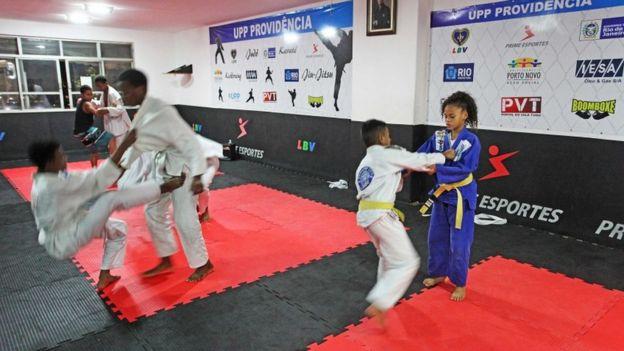 Crianças lutam jiu-jitsu
