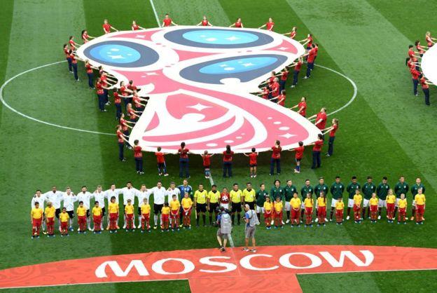 Hermoso y colorido ambiente en el estadio Luzhniki de Moscú.