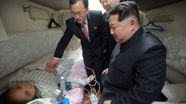 金正恩在火車車廂內也再次慰問受傷的中國遊客,但遊客的面被朝中社模糊化處理。