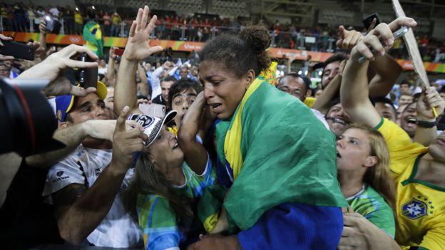 Rafaela Silva abrazada por el público
