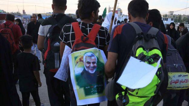 Kerbela kentindeki Şii Müslüman hacılar Kasım Süleymani'nin fotoğrafıyla yürüyor