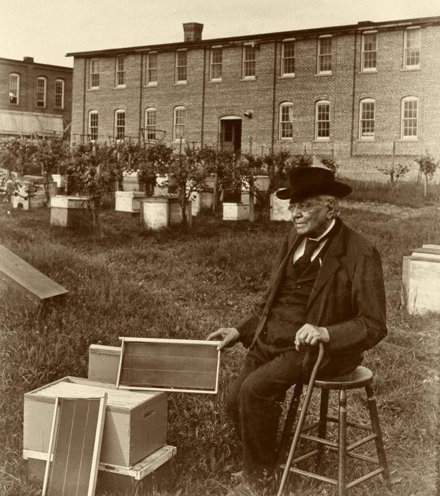 Lorenzo Langstroth com a colmeia que desenhou