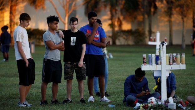 Jóvenes rindiendo tributo a las víctimas de la matanza de Parkland