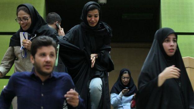 Un grupo de personas huyen del Parlamento.