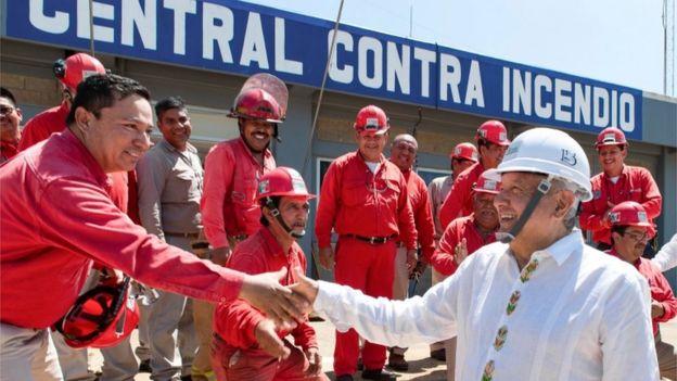 AMLO saluda al equipo de bomberos que trabaja en la refinería de Pemex en Veracruz.