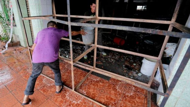 Voluntarios ayudan a terminar de extinguir las brasas.