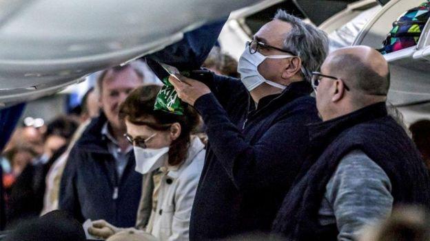 搭乘飞机记得要带护照和口罩