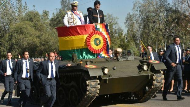 Evo Morales en un tanque militar.